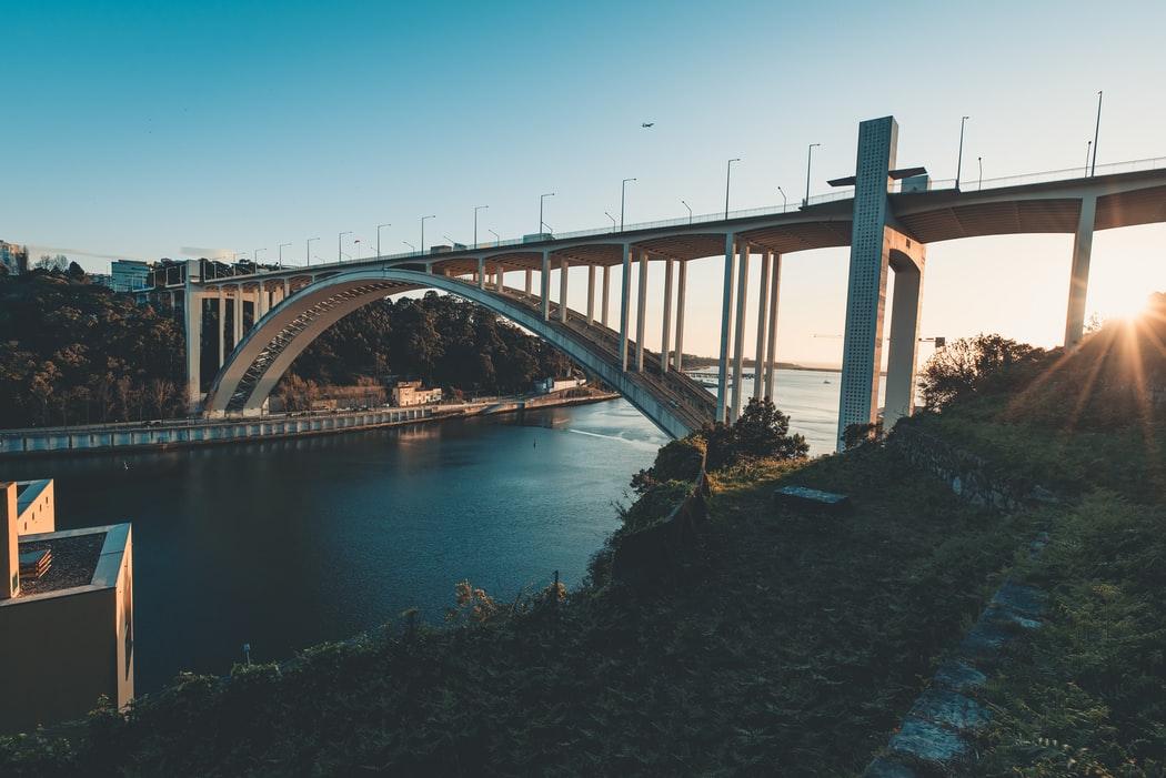 Wie diese zwei Dividendenwerte vom 2 Billionen Dollar Infrastrukturprogramm profitieren könnten?