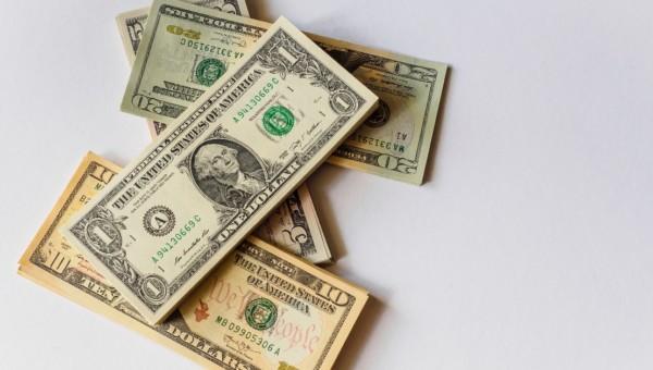 Welche Aktien profitieren, wenn der US-Dollar noch weiter abwertet?