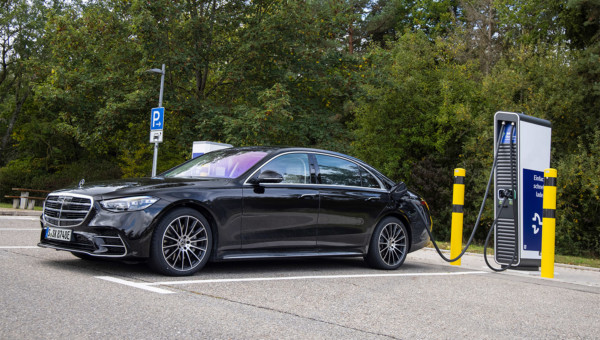 Daimler – Vom Sorgenkind zum Hoffnungsschimmer der Autohersteller. Analysten sehen auch nach über 300 % Plus in den letzten 18 Monaten noch bis nahezu 50 % mehr Potenzial