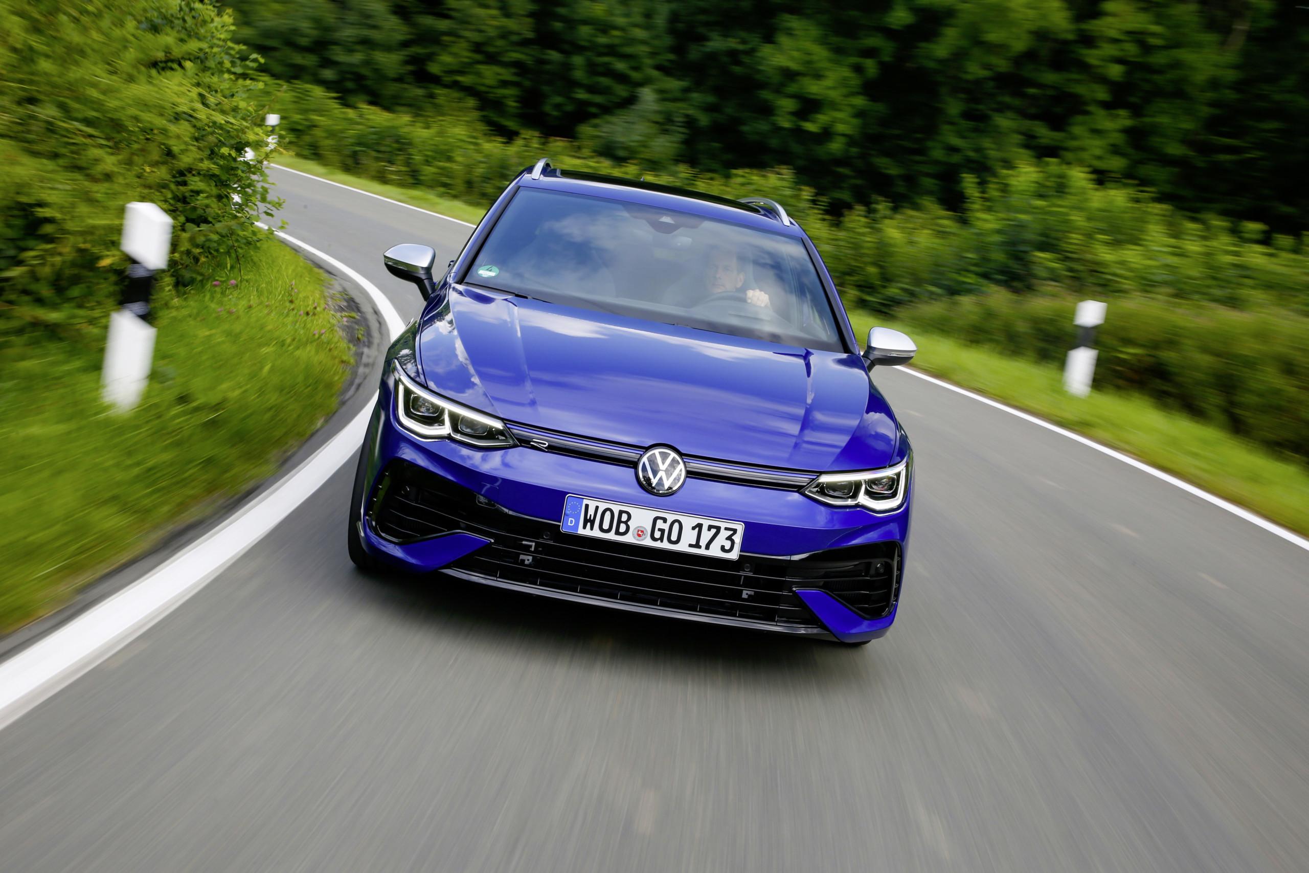 Volkswagen – deutscher Autohersteller könne nach dem Ende der Lieferengpässe im Jahr 2020 laut Analysten durchstarten und sei aktuell deutlich zu niedrig bewertet mit einem 6er-KGV. Analysten sehen bis zu 60 % Kurspotenzial.